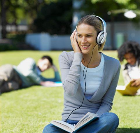 ragazza_che_ascolta_audiolibri